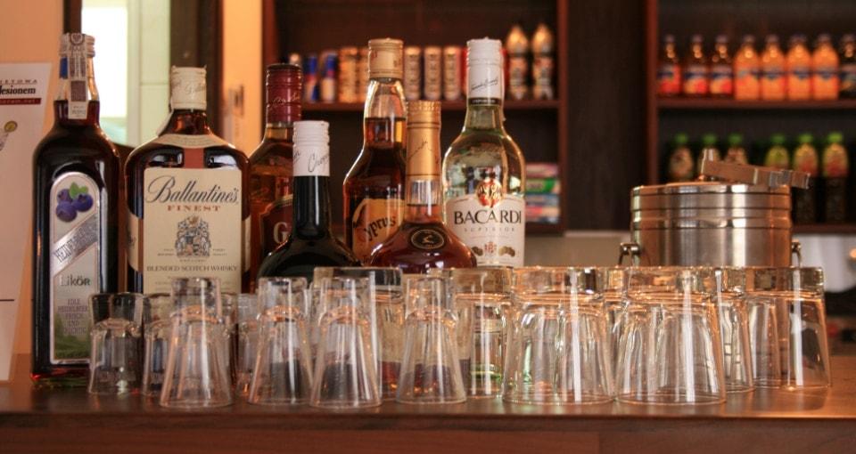 Bar z alkoholami i szklankami.